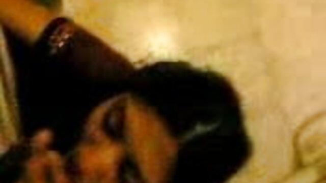 சூடான டீன் அவளது புண்டையை லெஸ்பியன் ஆபாச தளங்கள் அருகில் டில்டோ செய்கிறாள்