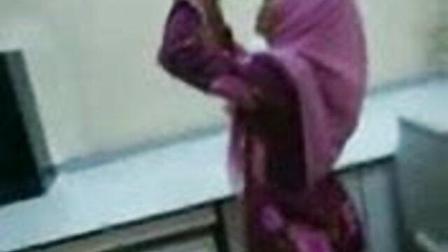 பஸ்டி ஜூலியா ஆன் முலைக்காம்பு கவ்விகளுடன் விளையாடுகிறார் எச்டி ஆபாச சிறந்த தரம்